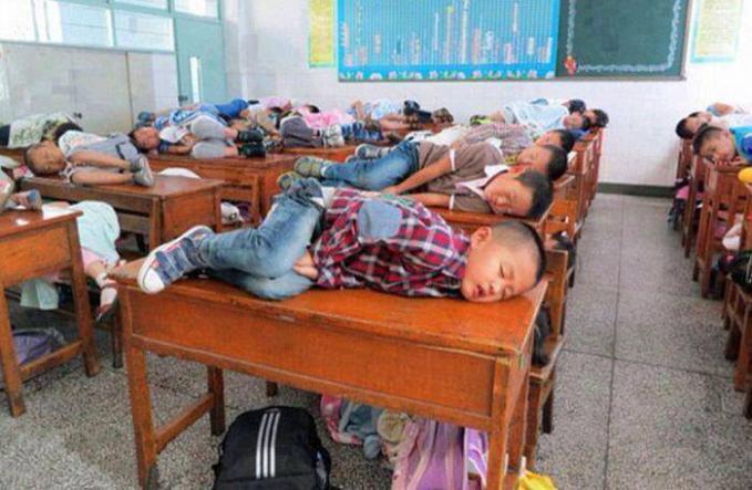 Di China, Guru mengijinkan muridnya untuk tidur dikelas selama 20 menit pada siang hari agar bisa menerima pelajaran lebih baik. Daripada istirahat siang hari buat lari2 di sekolah mending diperlakukan seperti ini, hebat idenya :)