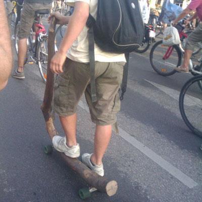 Kreativ kan.... hahha saking gg punya sepeda apapun jadi..