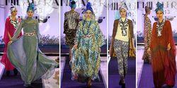 """Desainer muda anggota Asosiasi Perancang dan Pengusaha Mode Indonesia (APPMI), Hengki Kawilarang, membuktikan kemampuannya mencipta karya dengan kreativitas dan produktivitas tinggi. Selang beberapa hari dari fashion show koleksi Spring/Summer 2014 """"DeLuXe"""", second label dari Hengki Kawilarang, ia kembali menampilkan koleksi terbaru busana Islami dalam trunk show Kemilau Raya Pasaraya. """"Persiapannya seminggu, ada 45 koleksi untuk perempuan dewasa,"""" ungkapnya kepada awak media di Jakarta beberapa waktu lalu. Koleksi busana yang bisa menjadi inspirasi untuk hari raya ini bisa dikenakan berbagai kalangan. Hengki tidak menciptakan busana muslim dengan menampilkan koleksi DeLuxe khusus untuk Pasaraya ini. Baginya, busana santun yang diciptakannya bisa dikenakan perempuan yang tidak berhijab, sedang belajar berhijab, termasuk mereka yang berhijab. Konsep padu padan busana menjadi ciri khasnya. """"Ini bukan busana muslim, tapi bisa mix and match dengan busana muslim, dan bisa menjadi inspirasi untuk Hari Raya mau pun kebutuhan berpakaian selama Ramadhan,"""" jelasnya. Kaftan menjadi pilihan Hengki untuk memberikan inspirasi berbusana santun ini. Namun, Kaftan di tangan Hengki tak tampak biasa. Sentuhan glamor tertuang di dalamnya. Ini memang menjadi ciri khas Hengki Kawilarang dalam merancang busana. Selain kaftan, Hengki juga merancang summer dress, long dress, yang bisa dipadupadankan menjadi busana santun untuk hari raya. Jika tak terlalu senang tampil dengan dress atau gaun malam yang menonjolkan gaya feminin, Hengki memberikan pilihan padu padan dengan jaket, blouse, dan legging yang memberikan kesan kasual. Meski begitu, koleksi DeLuxe Hengki Kawilarang untuk inspirasi busana hari raya ini memang lebih banyak menampilkan sisi feminin perempuan. Tampak dari material yang digunakannya seperti lace, sifon, termasuk manik dan kristal yang menyatu harmonis pada busana, juga dalam bentuk aksesori yang megah. Hengki juga mengandalkan bahan jersey untuk koleksi busananya ini. Nam"""