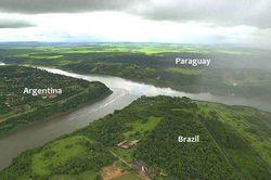 Ini salah satu foto keren dimana terlihat satu sungai yang membelah 3 negara .,...