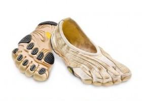 Perhatikan! Ini Sepatu Teraneh yang Pernah Diciptakan.Scary Beautiful shoes by Leanie van der Vyver Photo by Lyall Coburn Sepatu ini terlihat seperti terbalik ketika di pakai. Sangat tidak nyaman dan sama sekali tidak bisa digunakan.