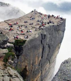 """Preikestolen, Norwegia. Travel yang memacu adrenaline! Ini cukup... setidaknya memenuhi rasa puas akan pemandangan dari ujung gunung. Lebih banyak batu dari masa """"Preikestolen"""" tepatnya. Super!"""