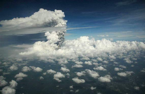 foto Letusan gunung Merapi Bromo/wedus gembel yg di Ambil di pesawat penerbangan jurusan Denpasar/Bali. . .indah Menakjubkan :)