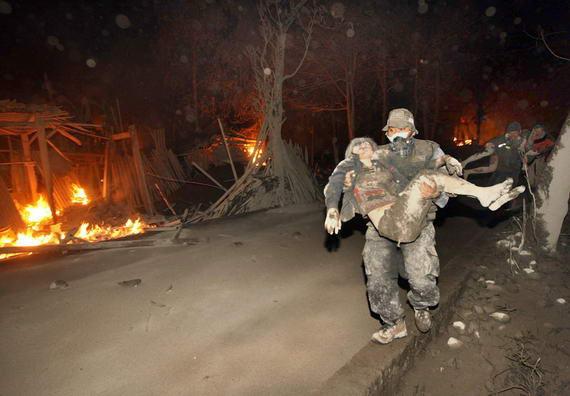 foto relawan yg sedang mengepakuasi korban letusan wedus gembel November 2010 lalu