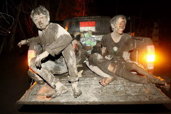 foto korban evakuasi letusan gunung merapi wedus gembel yg akan di evakuasi menggunakan mobiL