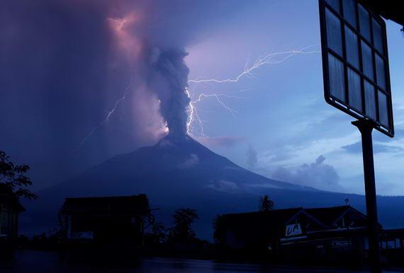 foto letusan gunung merapi wedus gembel yg di sertai petir