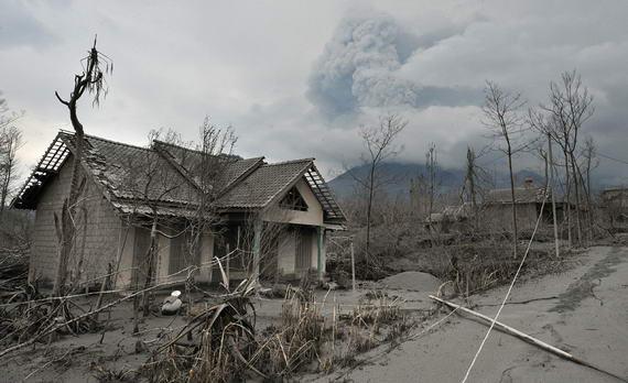 foto rumah juru kunci .. gunung merapi wedus gembel. . .yg terkena dampak letusan :( masih pade inget siapa nama juru kunci tersebut ?