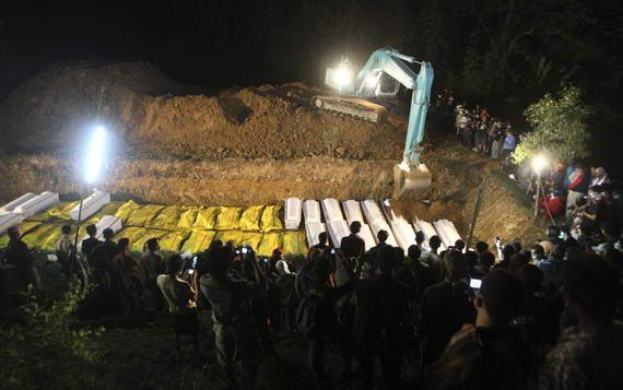 foto penguburan masal . . korban letusan gunung merapi wedus gembeL . . .turut berduka