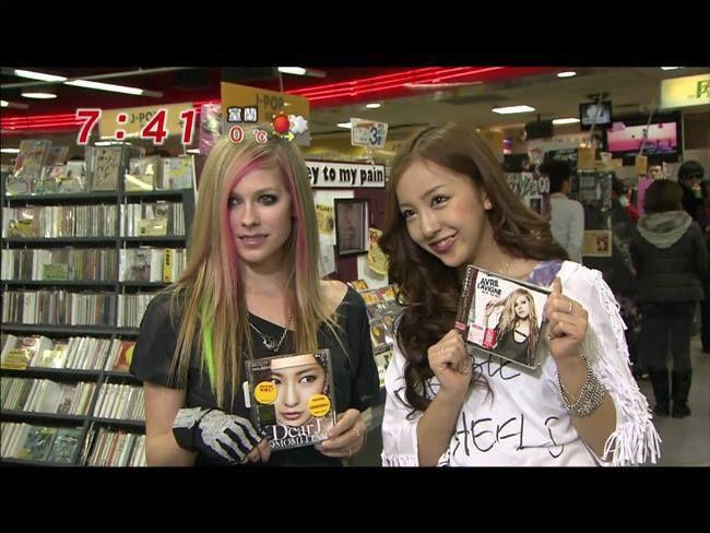 Tomomi Itano bertemu Dengan Avril L.Wah Kawaii Yang Mana? Wownya yah!!!