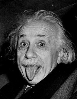 mengapa einstein mejulurkan lidah di fotonya?