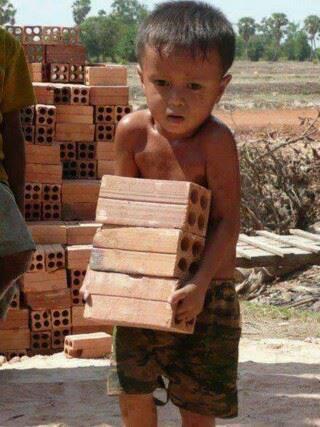 Inilah Hidup? Anak ini harus bekerja keras untuk mendapatkan sedikit uang, mengorbankan kebahagiaan masa kecilnya untuk mengisi perutnya yang lapar. Sebagian besar kita saat masih kecil dahulu, menemukan makanan sudah siap tersedia di meja