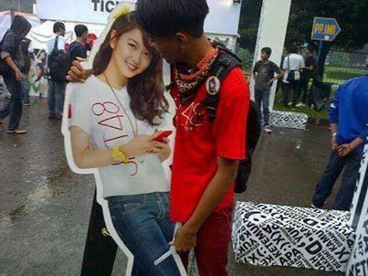 Fans JKT48 Yang Sangat Fans banget,Ampe Foto kaya gitu dipeluk waduuhh Parah!!!