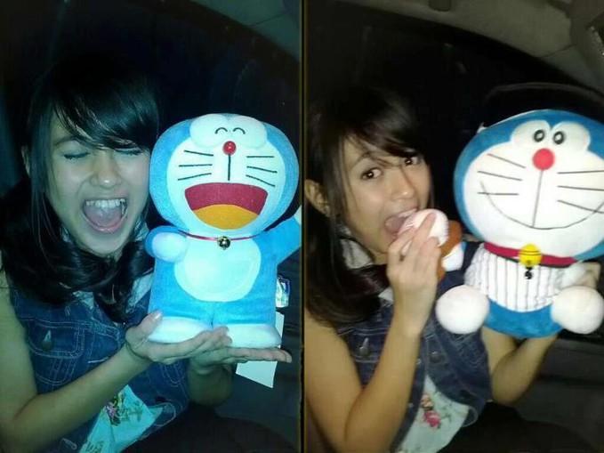 Lihat tuh Muka nabilah Saat Memegang Boneka Doraemon Lucu bangeett!!!