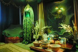 Sosok penguasa Pantai Selatan Nyi Roro Kidul, bagi yang percaya, konon masih hidup. Perempuan misteri ini diyakini menetap di kamar Nomor 308 Hotel Samudra Beach, Pelabuhan Ratu, Sukabumi, Jawa Barat. Jadi, tak heran bila hampir setiap hari.