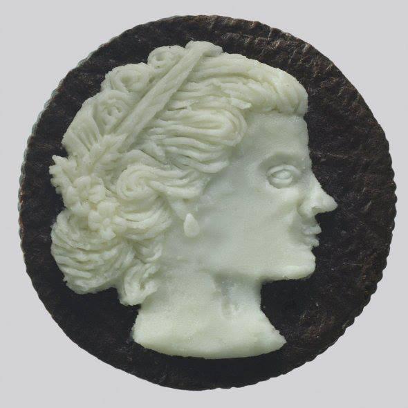 Seni Oreo . Percaya kah kalau Foto Diatas Ini Adalah Oreo? Judith G. Klausner adalah pencipta koin-koin Oreo Romawi ini.