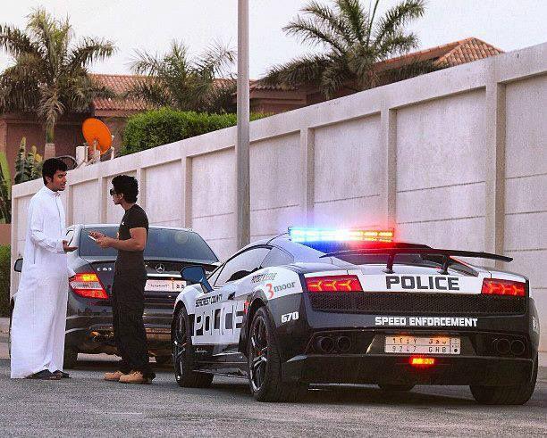 Seorang Polisi Di Arab Saudi Terinspirasi Dari Game Need For Speed The Run. Iya Membeli Mobil Lamborghini dan mendesainnya seperti mobil dalam game tersebut. Dan ia menilang pengguna jalan yang tidak mematuhi aturan lalu lintas., Wooownya ya..!