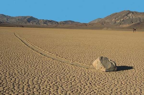 Batu Geser Spongebob . Jika Anda berkunjung ke Racetrack Playa di Taman Nasional Death Valley di California, ada pemandangan tak biasa bisa Anda lihat. Beberapa batu disana bisa berpindah tempat sendiri secara misterius. Aneh bin ajaib!