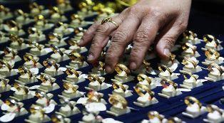 Orang Kaya Beli Emas Sampai 944,1 Miliar.. Si James orang terkaya mencontohkan IoP yang biasanya dibeli, antara lain perhiasan, permata, dan arloji. Berdasarkan data pengeluaran konsumen dari kartu Visa, HNWI dari Hong Kong dan Uni Emirat Arab