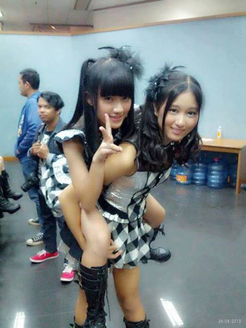 Foto Rena JKT48 Menggendong Ayana JKT48, ada yang mau digendong Rena gak? Jangan Lupa Klik WoW nya gan ^_^