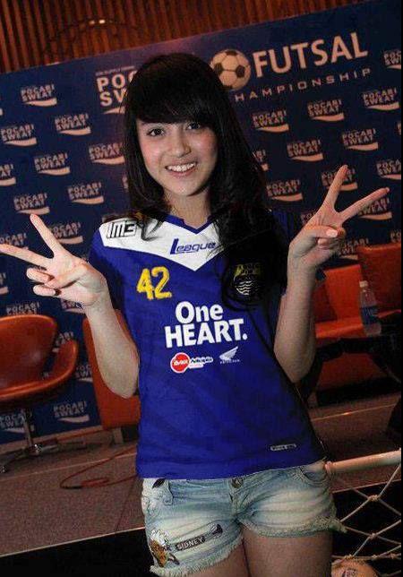 Menurut kalian Nabilah JKT48 Cantik Gak PAke Baju PERSIB.? Kalo MEnurut Aku Cantik :) Gmna Menurut Kalian.?