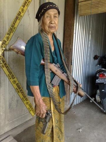 Sering Bermain Game Grand Theft Auto San Andreas, Seorang Nenek ini Kemana-mana Selalu Membawa Senjata... hahaha