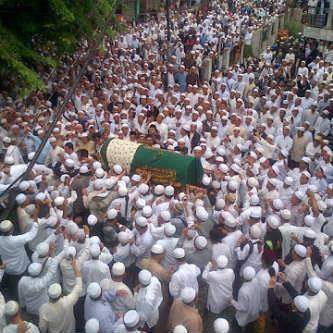 Subhanallah...Lihatlah betapa ramainya yang menghadiri pemakaman seorang Ulama besar (UJ).. Selamat jalan Ustadz Jeffry Al-Buchori Semoga amal Ibadahmu diterima disisi-NYA. Dan keluarga yang ditinggalkan semoga selalu diberi ketabahan. Amiin.