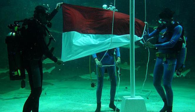 Upacara Bendera bawah air di Sea World dan Taman Laut Bunaken