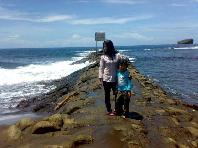 Pantai Watu Ulo Jember... http://kotawisataindonesia.com/pantai-watu-ulo-jember/ Kawasan pantai Watu Ulo ini masih banyak obyek wisata lain yang dapat anda kunjungi, seperti Pantai Payangan, Gua Jepang dan Gua Lawa yang merupakan tempat bersej