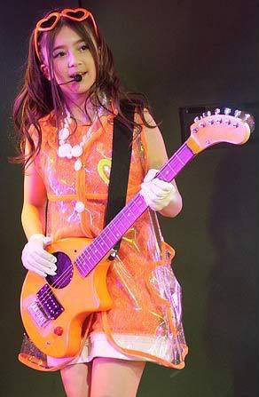 wow... Oku Manaminya lagi main gitar