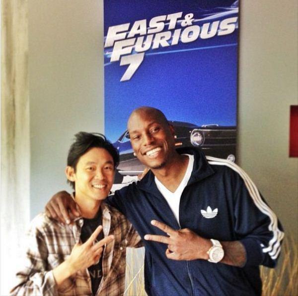 Tyrese Gibson dan poster perdana Fast & Furious 7.. positip!