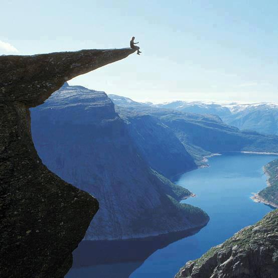 wOOOOW... Seorang Pria Nekat duduk seperti ini hanya demi mendapatkan foto yang Fantastis, gambar ini diambil di Norwegia Ada yang berani melakukan hal ini ?????