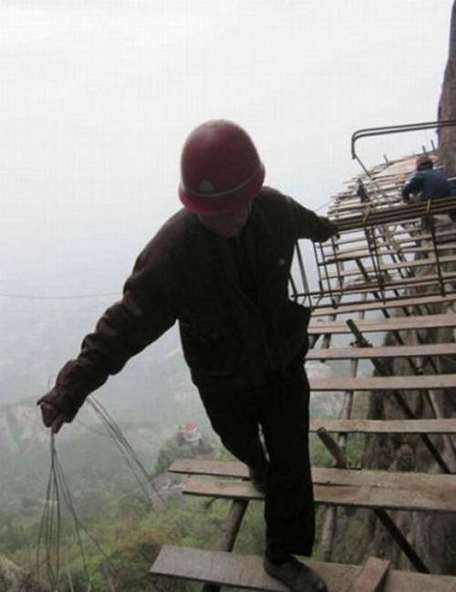 Agan berani ga kerja kaya gene? walau gaji nya gede,ne fotonya Lihat Gan Para Pekerja ini MEMPERTARUHKAN NYAWA mereka sebagai Wujud DEDIKASI terhadap Pekerjaan
