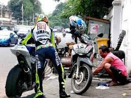 Ternyata Valentino Rossi jika mengganti ban motor kesayangannya bukannya di pit stop,tpi mlah di tukang tambal.... minta WOWnya dooooooooooooooooooooonk.,..
