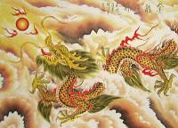 Naga dan cina Naga merupakan makhluk mitologi paling terkenal di dunia. Seluruh dunia memiliki legendanya masing-masing. Namun tidak bisa disangkal bahwa Naga dari legenda Cina adalah yang paling menarik. Di Eropa, naga selalu dilambangkan sebagai makhluk yang jahat. Namun, bagi masyarakat Cina, naga melambangkan kekuatan dan kekuasaan. Begitu besarnya penghormatan bangsa Cina kepada makhluk ini sehingga kaisar-kaisar yang gagah perkasa dengan bangga mengenakan gambar naga sebagai simbol mereka. Karakteristik Naga Di dalam mitologi Cina, naga memiliki kaitan yang sangat erat dengan angka sembilan. Misalnya, naga Cina sesungguhnya memiliki sembilan karakteristik yang merupakan kombinasi dari makhluk-makhluk lainnya. 1. Naga memiliki kepala seperti unta 2. Sisiknya seperti ikan 3. Tanduknya seperti rusa 4. Matanya seperti siluman 5. Telinganya seperti lembu 6. Lehernya seperti ular 7. Perutnya seperti tiram 8. Telapak kakinya seperti harimau 9. Cakarnya seperti rajawali Selain itu, naga juga memiliki 117 sisik. 81 diantaranya memiliki karakter Yang (positif) dan 36 lainnya memiliki karakter Yin (negatif). Pada umumnya, naga Cina memiliki tiga atau empat cakar di masing-masing kakinya. Namun, kerajaan menggunakan lambang naga dengan lima cakar untuk menunjukkan kalau sang Kaisar bukan naga biasa. Lambang ini kemudian menjadi lambang ekslusif yang hanya boleh digunakan oleh sang kaisar. Siapa pun yang berani menggunakan lambang naga dengan lima cakar akan segera dihukum mati. Empat Jenis Naga Dalam literatur Cina, paling tidak ditemukan lebih dari 100 nama naga yang berbeda-beda. Namun, untuk mudahnya, naga Cina hanya digolongkan ke dalam empat jenis, yaitu: 1. Tien Lung atau Naga Langit yang bertugas menjaga istana para dewa 2. Shen Lung atau Naga Spiritual yang berkuasa atas angin dan hujan 3. Ti Lung atau Naga Bumi yang berkuasa atas air di permukaan bumi 4. Fucang Lung atau Naga Dunia Bawah Bumi yang bertugas menjaga harta karun yang ada di dalam bumi Empat jenis na