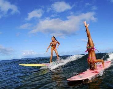 wanita ini sepertinya sedang memperagakan gerakan Surfing anti mainstream, lihat aja tuh, kaki dikepala, kepala di kaki, WOW banget ! :))