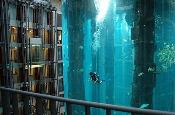 ini gambar seorang penyelam di Blu Hotel Radisson Berlin tampak seperti hotel seluruh terendam.Kenyataannya yang lebih menakjubkan, bahwa itu sebenarnya satu juta liter air ditumpahkan di atrium.