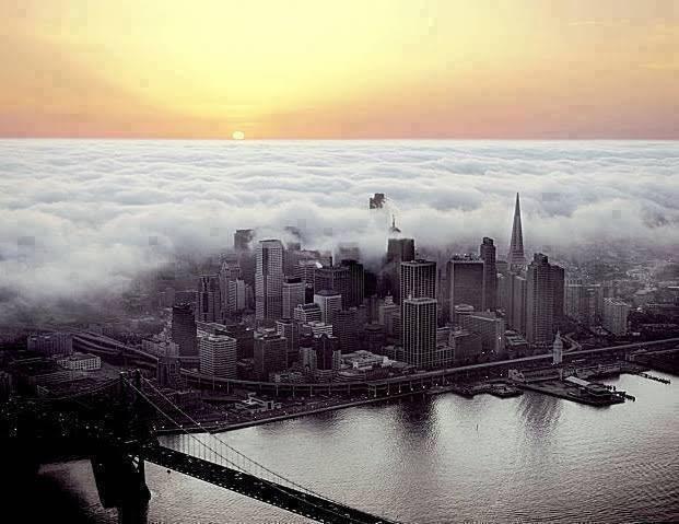 Kota New York dalam selimut kabut awan...