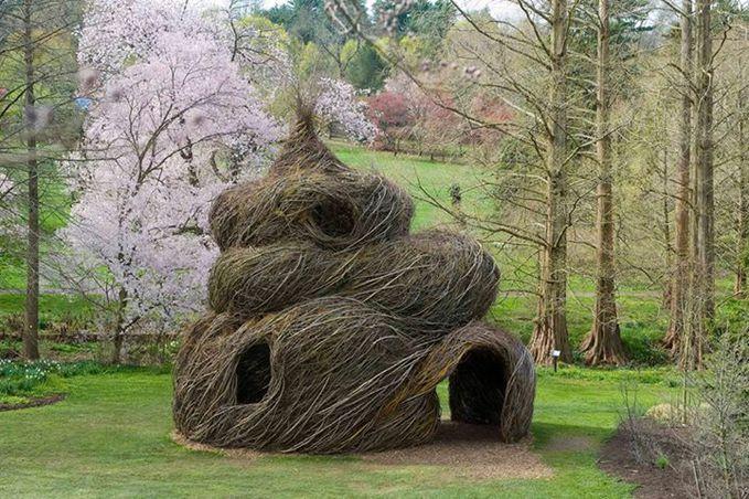 Rumah dari akar kayu ini mirip salah satu gambar emosi chat di facebook yaaa...coba km klik di chat facebook (:poop:) tanpa tanda kurung lalu klik enter.. :D :D :D
