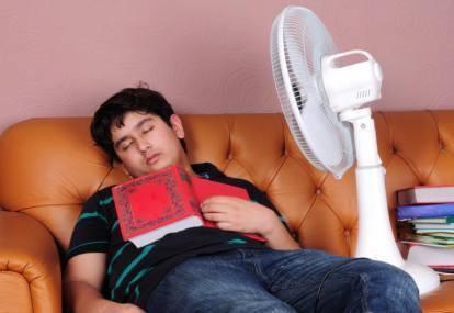 PENGETAHUAN UMUM jika Anda tidur dengan menggunakan kipas angin tanpa adanya ventilasi dan sirkulasi udara yang cukup baik. Hembusan kipas angin di dalam ruangan yang tertutup seperti itu mampu menyebabkan seseorang mati lemas karena minimnya