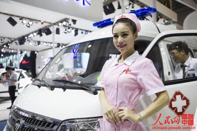 Mentang2 jualan ambulans, SPG di Chengdu Motor Show pekan lalu dikasih seragam perawat. Gak asik :D