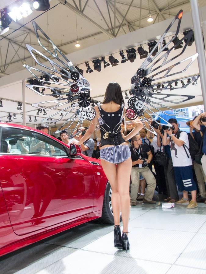 Stan Cadillac di Chengdu Motor Show kemarin ngerahin SPG bersayap. Dijamin mereka gak bisa masuk ke mobil yang mereka jaga