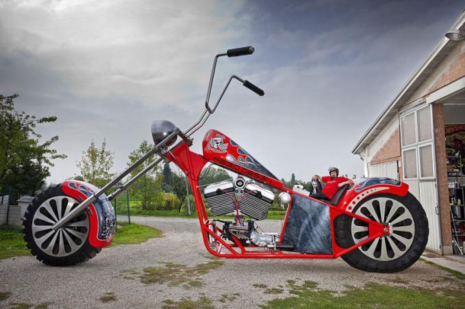 Rekor Motor Terbesar di DUNIA - Fabio Reggiani warga Italia berpose dengan sepeda motor miliknya setinggi 5.1 meter dengan berat 5.000 kilogram. Gila Gede Banget Nih PULSKER!