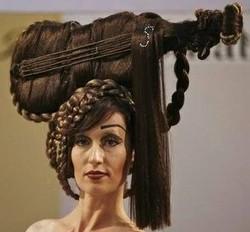 model rambut 2013 salah satu kreasi WOW nih dari perancang gya rambut luar negri membentuk rambut wanita ini menyerupai biola WOW