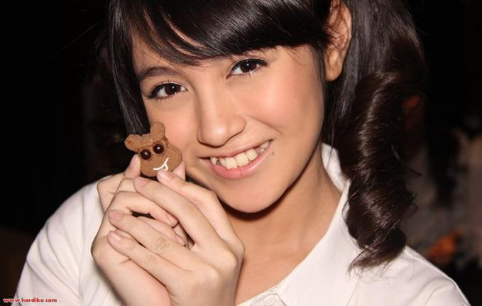 nabilah JKT48 atw chelsea olivia ya??,, Wow senyumnya mirip ya,, O.o