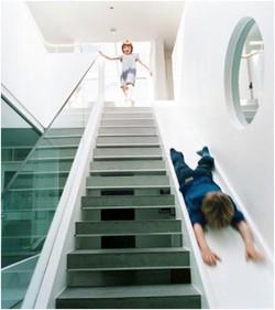 Desain tangga terunik nih,naik tangga turun prosotan.... Cocok nih buat anak-anak yangsuka naik tangga eh malah males turunnya WOW nya ya plisss