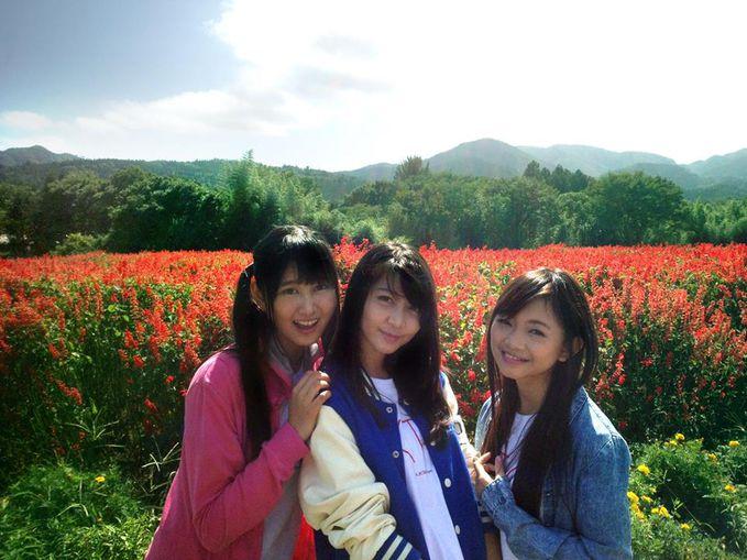 Jessica Veranda, Rena Nozawa, dan Sendy Ariani mengunjungi Fukushima, salah satu daerah yang mengalami kerusakan cukup parah pada saat gempa bumi di Jepang, dua tahun lalu.Mereka menghadiri acara rekonstruksi dan ikut menanam bunga bersama.