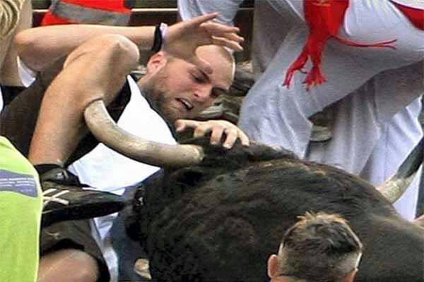 Meanwhile in Spain Pria ini kurang dalam beruntung dalam mengikuti acara festival dikejar banteng mengamuk Spanyol ( Pamplona ). Klo ini editan pasti ga akan lupa di bikin darahnya.. :)