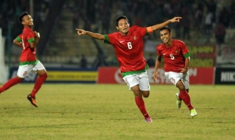 Sepekan terakhir ini, pecinta sepak bola tanah air seolah dibuat terkesima dengan sosok pemain bernama Evan Dimas. Ia adalah kapten Timnas Indonesia U-19 yang tengah berlaga di kejuaraan Piala AFF U-19 yang berlangsung di Jawa Timur.