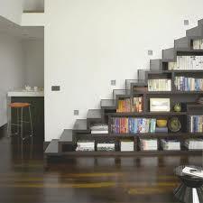 Wah,tangganya cukup unik ya...Terbuat dari rak buku yang disusun sedemikian rupa jadi tangga deh. !Wow nya ya!