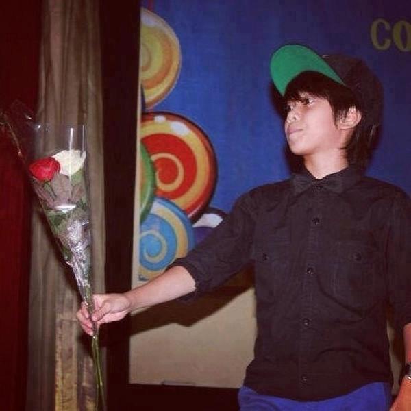 Siapa sih yang gak mau dikasih Bunga sama Iqbaale ? Pasti mau dong:P yang mau WOW nya manaa? ;;)